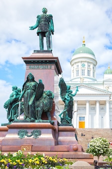 Памятник александру ii (установлен в 1894 году, скульптор вальтер рунеберг) на сенатской площади в хельсинки, финляндия