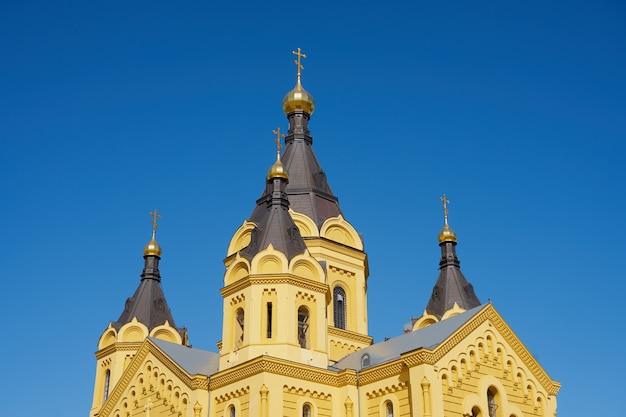 Собор александра невского в нижнем новгороде с голубым небом на заднем плане.
