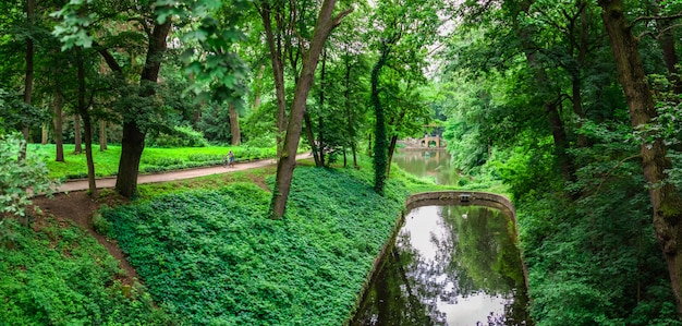 Парк александрия в белой церкви, одном из самых красивых и известных дендрариев украины, в пасмурный летний день.