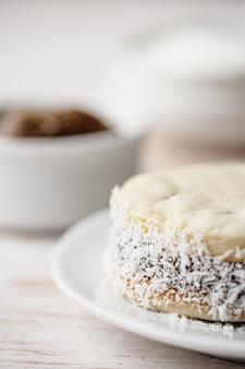 Печенье альфахорес на белой тарелке. печенье-сэндвич.