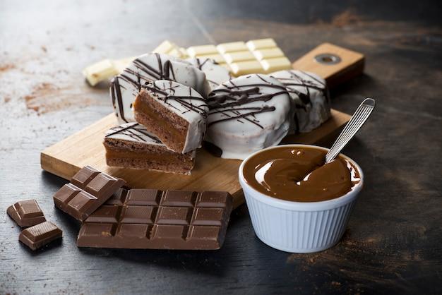 ダルチェ・ド・レッシュとチョコレートのトッピングで満たされたアルファジョレス