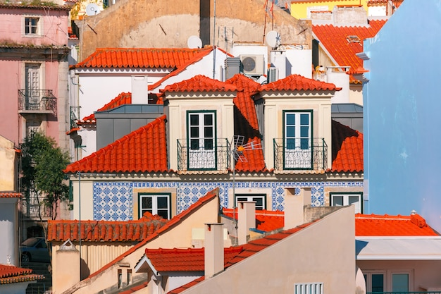 晴れた日の午後、リスボン、ポルトガルのアルファマ