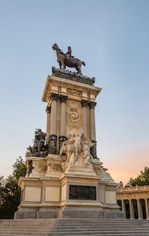 マドリードのブエンレティーロ公園にあるアルフォンソ12世の記念碑