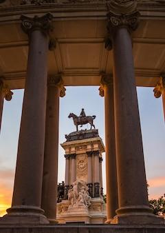 Памятник альфонсо xii в парке буэн-ретиро, мадрид