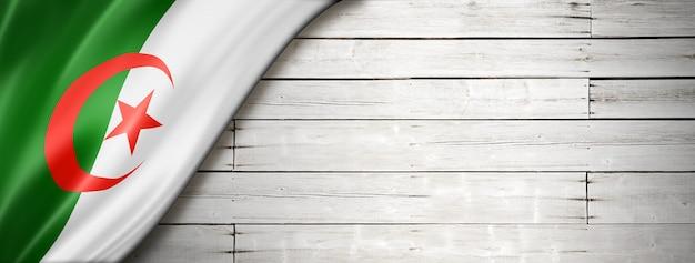 오래 된 흰 벽에 알제리 플래그입니다. 수평 파노라마 배너.