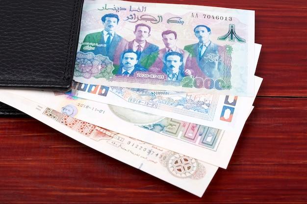 黒い財布の中のアルジェリアディナール