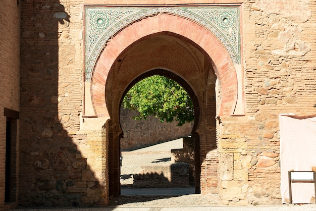 スペインのグラナダのアルハンブラアーチプエルタデルヴィーノワインイスラム教徒のドア