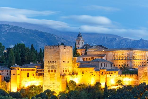グラナダ、アンダルシア、スペインの日没時のアルハンブラ