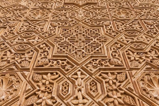 スペイン、グラナダのアルハンブラ宮殿。イスラム風の800年前の壁の詳細。