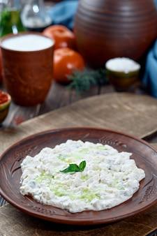 Али назик мезе, традиционное турецкое блюдо из йогурта и пюре из баклажанов, покрытое листом мяты
