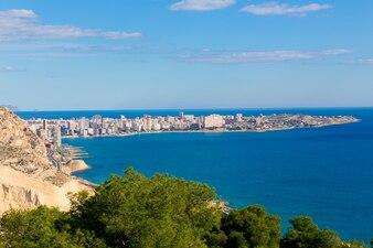 Вид на пляж Аликанте Сан-Хуан из замка Санта-Барбара