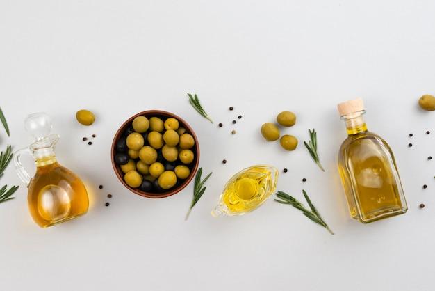 Выровненные продукты оливкового масла на столах