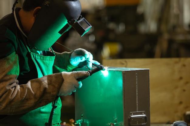 Aliminum溶接、マスクされた労働者および安全手袋aliminum工場での溶接。