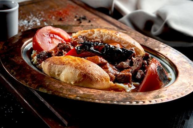 Alinazik 케밥은 구운 가지와 양고기를 동판에 롤빵에 넣은 요리입니다. 블랙 테이블