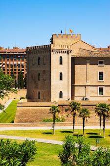 Дворец aljaferia, построенный в 11 веке