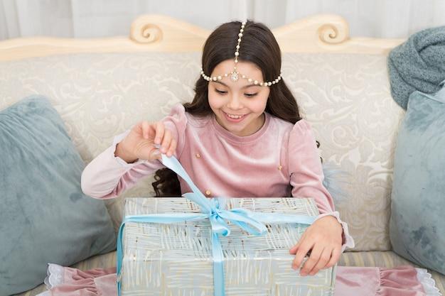 Все, что я хочу на рождество, - это день подарков. счастливый ребенок открытый подарок в день бокса. маленькая девочка празднует день бокса. рождественский подарок. с новым годом. вентилятор дня подарков.