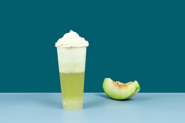 あらゆる種類の果物とあらゆる種類の健康食品で作られたあらゆる種類のカラフルな飲み物