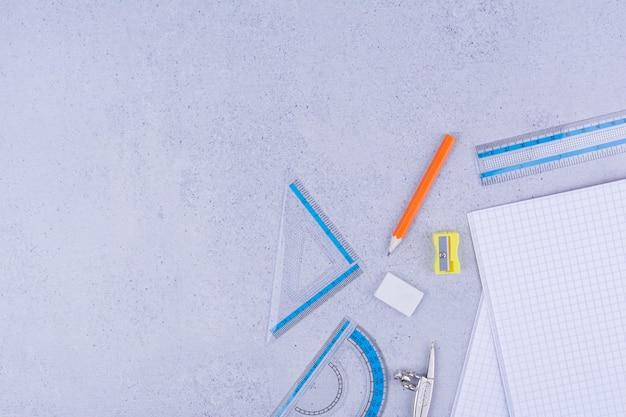 Tutti i tipi di strumenti per ufficio o scuola isolati su grigio.