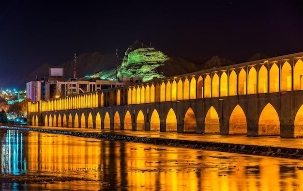 이란 이스파한의 알라 베르디 칸 다리 (si-o-seh Pol) 프리미엄 사진
