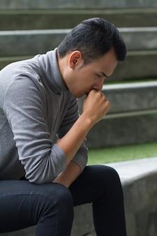 Аллергический больной азиатский мужчина кашляет