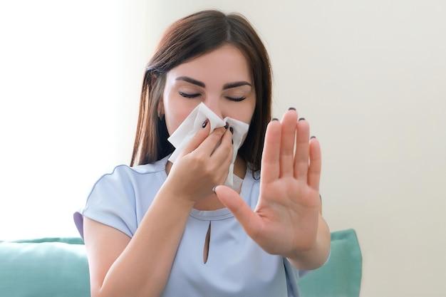 젊은 여성의 알레르기. 그녀의 코에 스카프와 젊은 여자. 알레르기를 멈추다
