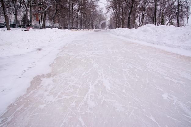 路地の王冠。雪の背景、氷の傷のスケートウリヤノフスク