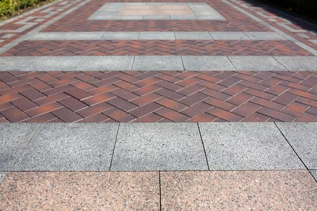 회색과 갈색 세라믹 타일로 만든 골목