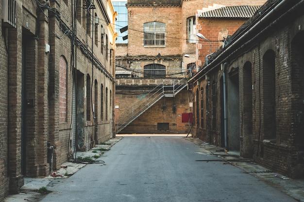 오래된 공장의 골목