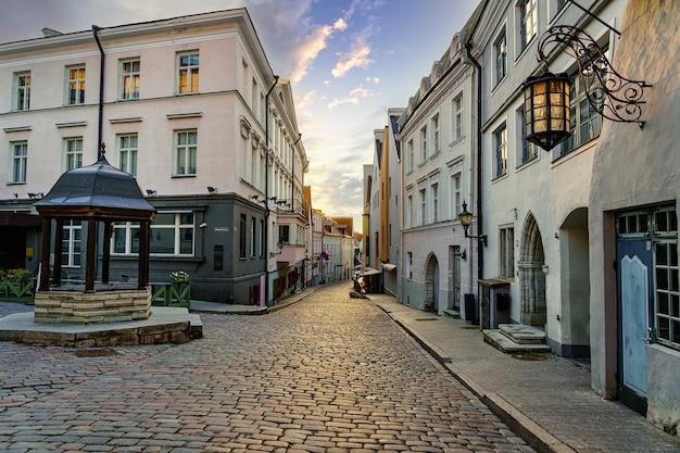 탈린 에스토니아(tallinn estonia) 시에서 일몰에 중세 주택의 골목.