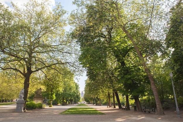 ブリュッセル国会議事堂近くの緑豊かな公園に囲まれた路地