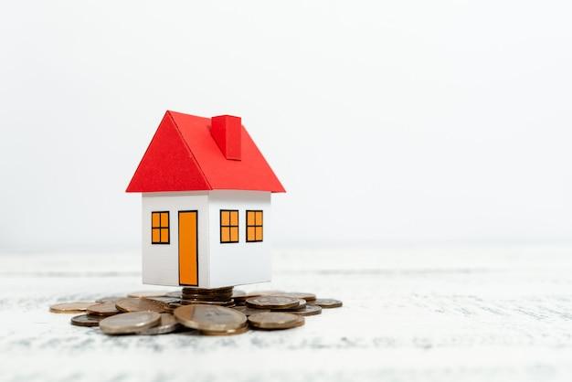 貯蓄を割り当てることは、実際の家の販売取引を提示する家を建てる新しい財産を節約するお金を買う