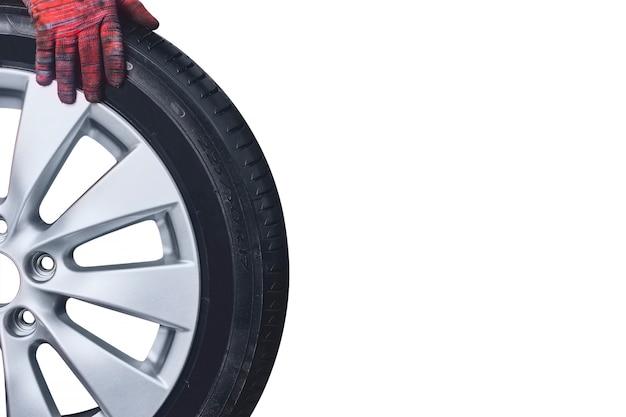 타이어와 흰색 절연 정비사 손으로 합금 휠