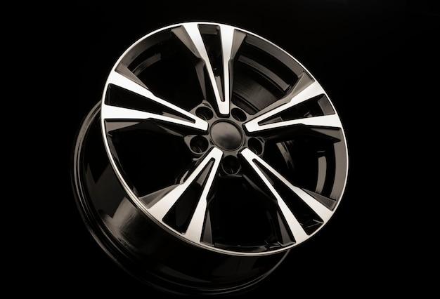 黒の背景に合金ホイール。車または車のチューニング用の新しいスペアパーツ。