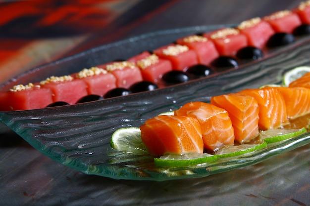 Ассорти из свежего лосося и тунца под соусами