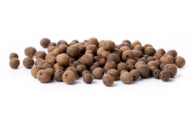 白地に分離されたオールスパイスエンドウ豆。