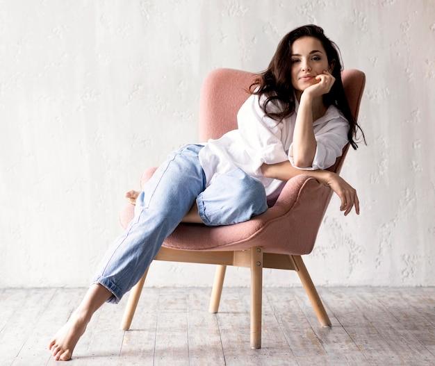Соблазнительная женщина позирует на стуле