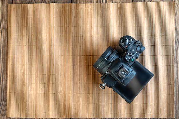 アルマトイ、カザフスタン、2021年1月11日、木製の背景にデジタルカメラのファインダー