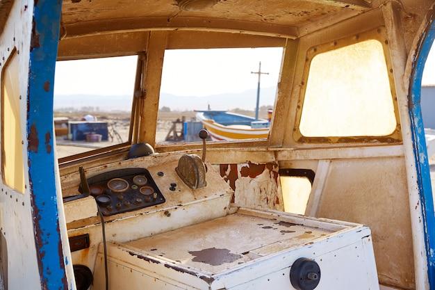 アルメリアカボデガタ古いボート屋内スペイン