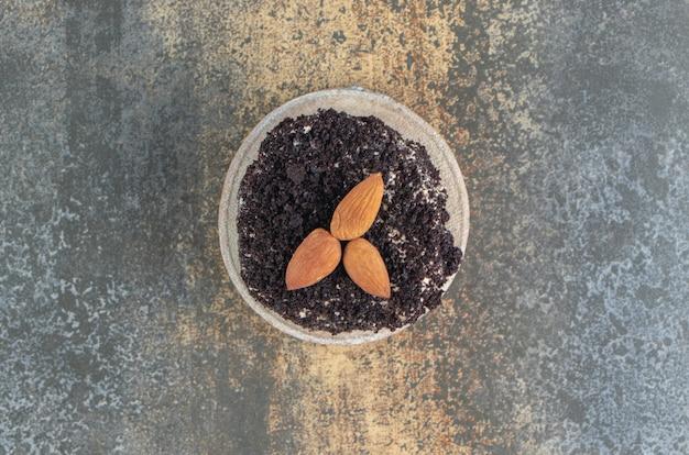 木片にアーモンドとすりおろしたチョコレート 無料写真