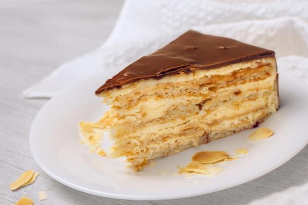 アーモンドケーキ。皿の上のケーキ。甘い食べ物。甘いデザート。