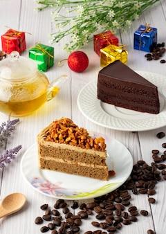 아몬드 커피 케이크와 흰색 접시에 초콜릿 퍼지 케이크