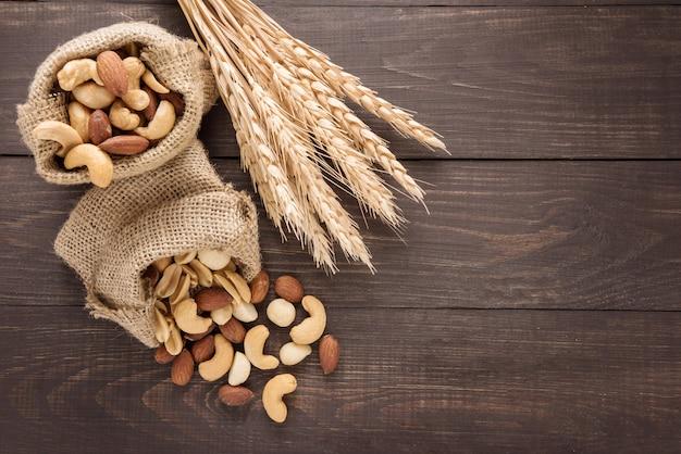 Миндаль, макадамия, арахис, кешью, пшеница в мешках для сосания