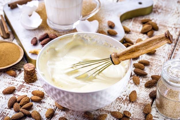 クリスマスエッグノッグに使用されるアーモンドナッツクリーム、クリーミーなクリスマスドリンクのレシピ