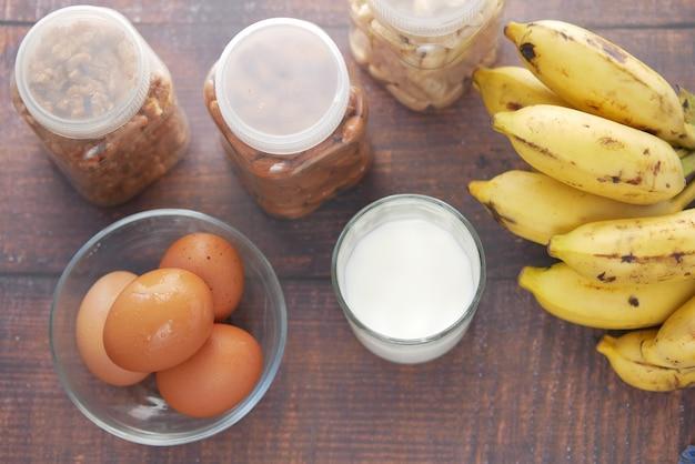テーブルの上のアーモンドナッツの卵のミルクとバナナ