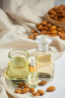 Миндальное масло в бутылке на белом фоне