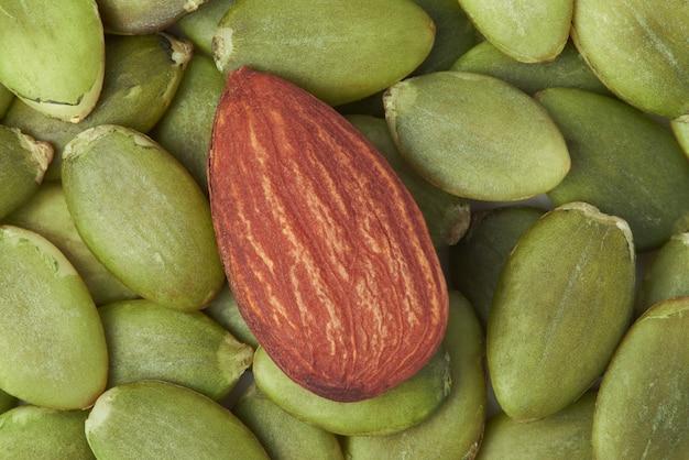 Семена миндаля и мякоти имеют очень высокую пищевую ценность
