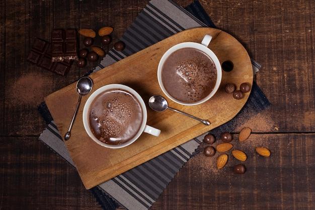Вид сверху на миндаль и горячий шоколад