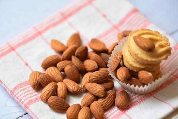 テーブルクロスの壁にアーモンドナッツ-朝食健康食品のアーモンドクッキー