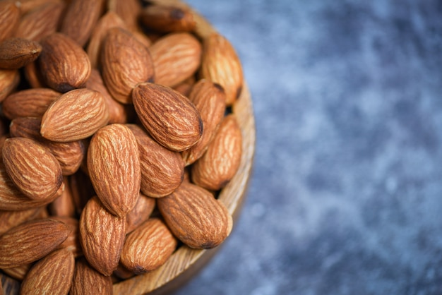 木製ボウルにアーモンドナッツ