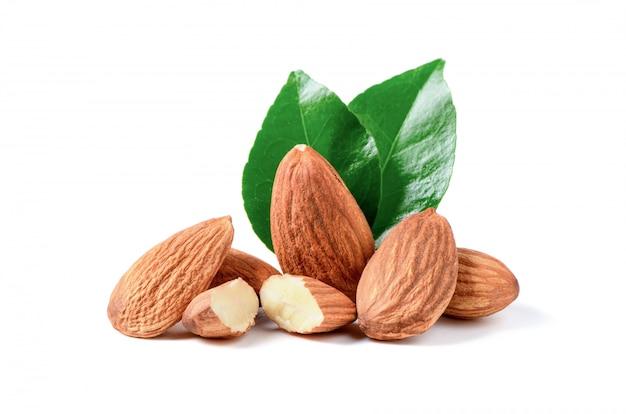 Миндальные орехи с листом, изолированные на белом фоне,